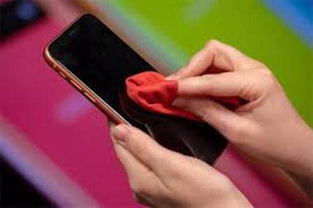 Thường xuyên vệ sinh bề mặt điện thoại